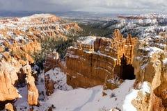 Φρέσκοι σχηματισμοί βράχου φαραγγιών του Bryce καλυμμάτων χιονιού Γιούτα ΗΠΑ Στοκ Φωτογραφίες