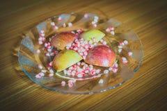 Φρέσκοι φέτες της Apple και σπόροι ροδιών Στοκ Εικόνες
