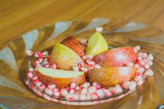 Φρέσκοι φέτες της Apple και σπόροι ροδιών Στοκ φωτογραφία με δικαίωμα ελεύθερης χρήσης