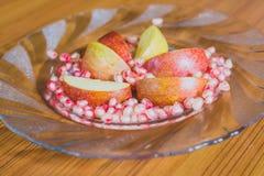 Φρέσκοι φέτες της Apple και σπόροι ροδιών Στοκ εικόνα με δικαίωμα ελεύθερης χρήσης