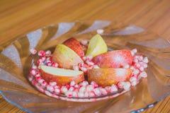 Φρέσκοι φέτες της Apple και σπόροι ροδιών Στοκ Φωτογραφίες