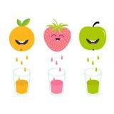 Φρέσκοι χυμός και γυαλιά Apple, φράουλα, πορτοκαλιά φρούτα με τα πρόσωπα Στοκ εικόνα με δικαίωμα ελεύθερης χρήσης