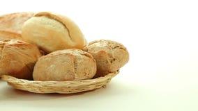 Φρέσκοι ψημένοι ρόλοι ψωμιού στο καλάθι απόθεμα βίντεο