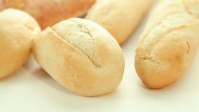 Φρέσκοι ψημένοι ρόλοι ψωμιού φιλμ μικρού μήκους