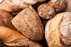 Φρέσκοι ψωμί και σίτος στον ξύλινο στοκ φωτογραφίες