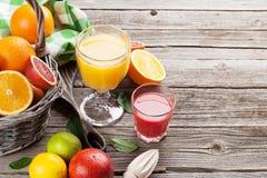 Φρέσκοι ώριμοι εσπεριδοειδή και χυμός Λεμόνια, ασβέστες και πορτοκάλια Στοκ φωτογραφία με δικαίωμα ελεύθερης χρήσης