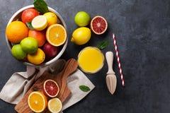 Φρέσκοι ώριμοι εσπεριδοειδή και χυμός Λεμόνια, ασβέστες και πορτοκάλια Στοκ Εικόνες