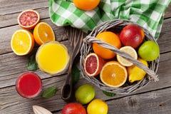 Φρέσκοι ώριμοι εσπεριδοειδή και χυμός Λεμόνια, ασβέστες και πορτοκάλια Στοκ φωτογραφίες με δικαίωμα ελεύθερης χρήσης
