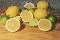 Φρέσκοι ώριμοι κίτρινοι λεμόνια και ασβέστες Στοκ Εικόνες