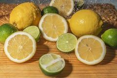 Φρέσκοι ώριμοι κίτρινοι λεμόνια και ασβέστες Στοκ Φωτογραφίες