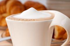 Φρέσκοι croissant γαλλικοί brioche και καφές Στοκ φωτογραφία με δικαίωμα ελεύθερης χρήσης