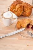Φρέσκοι croissant γαλλικοί brioche και καφές Στοκ Εικόνα