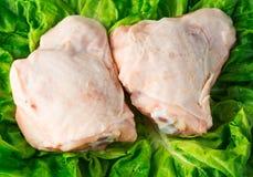 Φρέσκοι skinless μηροί κοτόπουλου στη σαλάτα στοκ φωτογραφία με δικαίωμα ελεύθερης χρήσης