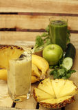Φρέσκοι vegan καταφερτζήδες και φρούτα Στοκ Εικόνες