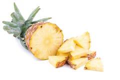 Φρέσκος ανανάς που τεμαχίζονται και ανανάς που απομονώνεται στο άσπρο backgroun Στοκ Εικόνες