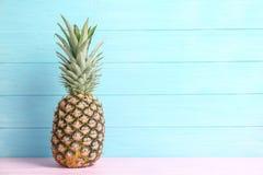 Φρέσκος ανανάς στον πίνακα Στοκ Φωτογραφία