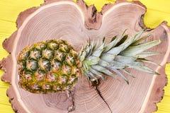 Φρέσκος ανανάς στο φυσικό ξύλο Στοκ Φωτογραφία