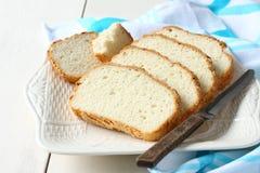 Φρέσκος από το τεμαχισμένο φούρνος ελεύθερο ψωμί γλουτένης στο πιάτο Στοκ Εικόνα