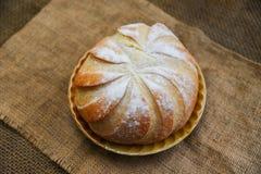 Φρέσκος δίσκος ψωμιού αρτοποιείων στη σπιτική έννοια τροφίμων προγευμάτων υποβάθρου σάκων - στρογγυλή φραντζόλα του ψωμιού στοκ εικόνες