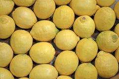 Φρέσκος κίτρινος σωρός λεμονιών στο εμπορευματοκιβώτιο, τρόφιμα, Στοκ Εικόνες