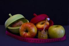 Φρέσκος και ψημένος μήλα μιας στα ειδικά σιλικόνης μορφής στοκ εικόνες με δικαίωμα ελεύθερης χρήσης