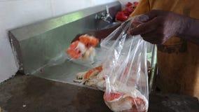 Φρέσκος καραϊβικός αστακός που μαγειρεύεται και που καθαρίζεται απόθεμα βίντεο