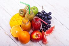 Φρέσκος καταφερτζής τρία μπουκαλιών κόκκινο πράσινο πορτοκαλί τροπικό φρούτων καρπουζιών της Apple ακτινίδιων πεύκο Apple Pomegra Στοκ εικόνα με δικαίωμα ελεύθερης χρήσης
