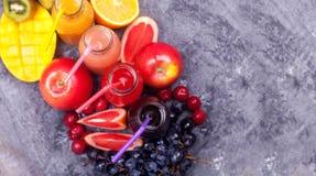 Φρέσκος καταφερτζής τρία μπουκαλιών κόκκινο πράσινο πορτοκαλί τροπικό φρούτων καρπουζιών της Apple ακτινίδιων πεύκο Apple Pomegra Στοκ Φωτογραφίες
