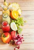 Φρέσκος καταφερτζής τρία χυμών υπόλοιπου κόσμου φρούτα χρώματος μπουκαλιών Στοκ Εικόνες