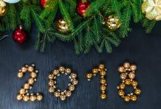 Φρέσκος κλάδος έλατου με τα παιχνίδια Χριστουγέννων Όμορφο υπόβαθρο για να παρεμβάλει το κείμενο κορυφαία όψη Ξύλινο υπόβαθρο σχε Στοκ Εικόνες