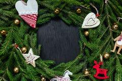 Φρέσκος κλάδος έλατου με τα παιχνίδια Χριστουγέννων Όμορφο υπόβαθρο για να παρεμβάλει το κείμενο κορυφαία όψη Ξύλινο υπόβαθρο σχε Στοκ φωτογραφία με δικαίωμα ελεύθερης χρήσης