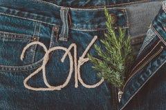 Φρέσκος κλάδος του χριστουγεννιάτικου δέντρου και οι αριθμοί 2016 σχοινιού στο τ Στοκ Εικόνες
