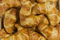 Φρέσκος μεθύστακας croissants χειροποίητος Πίνακας συμποσίου catering στοκ φωτογραφία