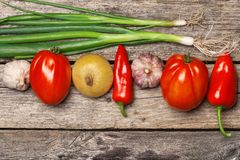 φρέσκος ξύλινος λαχανικών επιτραπέζιων ντοματών κρεμμυδιών πρασίνων καρότων υγρός Στοκ Φωτογραφίες