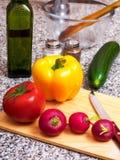 φρέσκος ξύλινος λαχανικών επιτραπέζιων ντοματών κρεμμυδιών πρασίνων καρότων υγρός Στοκ φωτογραφία με δικαίωμα ελεύθερης χρήσης