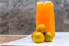 Φρέσκος οργανικός χυμός από πορτοκάλι για την πώληση Στοκ Εικόνες