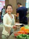 φρέσκος παίρνει τη γυναίκα λαχανικών Στοκ Φωτογραφία