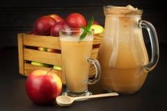 Φρέσκος πιεσμένος χυμός μήλων unfiltered Χυμός και μήλα της Apple στον ξύλινο πίνακα Ένας υγιής χυμός για τους αθλητές Στοκ φωτογραφία με δικαίωμα ελεύθερης χρήσης