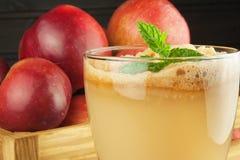 Φρέσκος πιεσμένος χυμός μήλων unfiltered Χυμός και μήλα της Apple στον ξύλινο πίνακα Ένας υγιής χυμός για τους αθλητές Στοκ Εικόνες