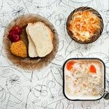 Φρέσκος που ζελατινοποιείται σε έναν ελαφρύ πίνακα με τη μουστάρδα, κέτσαπ, ψωμί και Στοκ φωτογραφία με δικαίωμα ελεύθερης χρήσης
