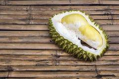 Φρέσκος πολτός Durian περικοπών στην επιτραπέζια κορυφή μπαμπού στοκ εικόνες με δικαίωμα ελεύθερης χρήσης