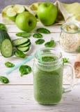 Φρέσκος πράσινος καταφερτζής από τα φρούτα και λαχανικά για έναν υγιή τρόπο ζωής Στοκ Εικόνες
