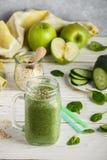 Φρέσκος πράσινος καταφερτζής από τα φρούτα και λαχανικά για έναν υγιή τρόπο ζωής Στοκ εικόνα με δικαίωμα ελεύθερης χρήσης