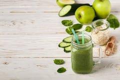Φρέσκος πράσινος καταφερτζής από τα φρούτα και λαχανικά για έναν υγιή τρόπο ζωής Στοκ Φωτογραφίες