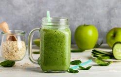 Φρέσκος πράσινος καταφερτζής από τα φρούτα και λαχανικά για έναν υγιή τρόπο ζωής Στοκ φωτογραφία με δικαίωμα ελεύθερης χρήσης