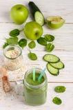 Φρέσκος πράσινος καταφερτζής από τα φρούτα και λαχανικά για έναν υγιή τρόπο ζωής Στοκ Φωτογραφία