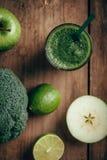 Φρέσκος πράσινος καταφερτζής από τα φρούτα και λαχανικά, υγιής κατανάλωση, εκλεκτική εστίαση Στοκ φωτογραφία με δικαίωμα ελεύθερης χρήσης
