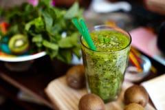 Φρέσκος πράσινος καταφερτζής με το ακτινίδιο και τη μέντα Αγάπη για μια υγιή ακατέργαστη έννοια τροφίμων κατανάλωση υγιής στοκ εικόνες με δικαίωμα ελεύθερης χρήσης