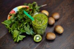 Φρέσκος πράσινος καταφερτζής με το ακτινίδιο και τη μέντα Αγάπη για μια υγιή ακατέργαστη έννοια τροφίμων κατανάλωση υγιής στοκ εικόνα με δικαίωμα ελεύθερης χρήσης
