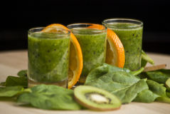 Φρέσκος πράσινος καταφερτζής με το σπανάκι και το ακτινίδιο Στοκ Εικόνες